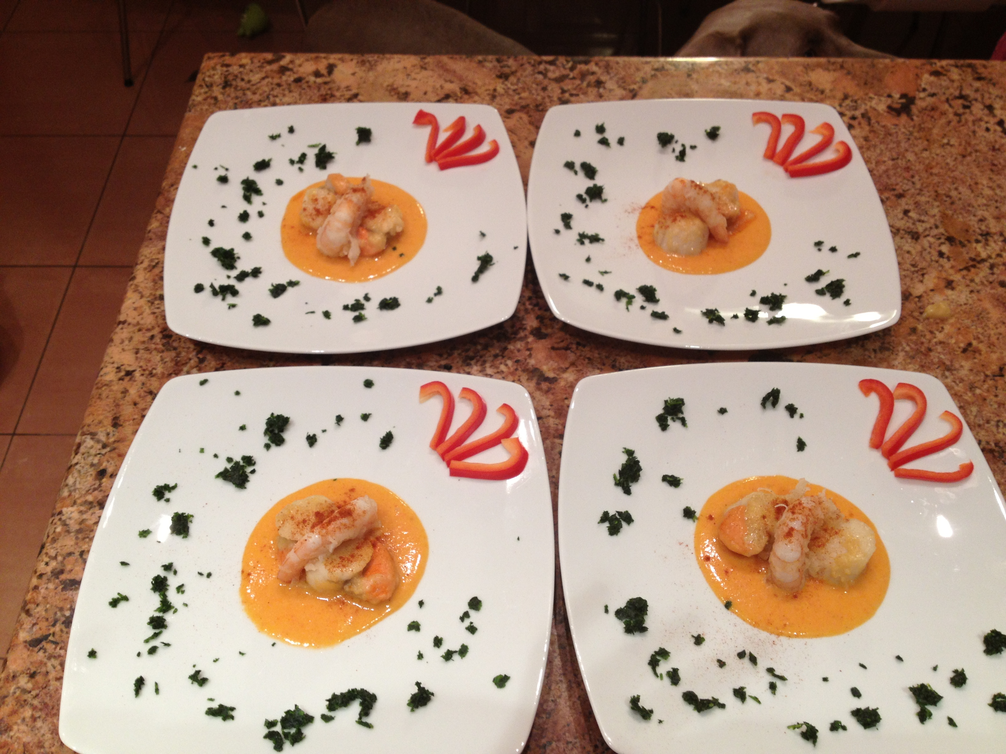 Capesante su crema di peperoni e gambero fritto